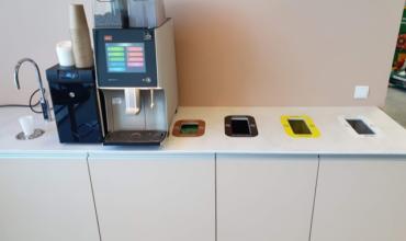Atkritumu šķirošanas sistēma ar dažādiem krāsu kodiem un piktogrammām Puhastusimport biroja kafijas stūrītī