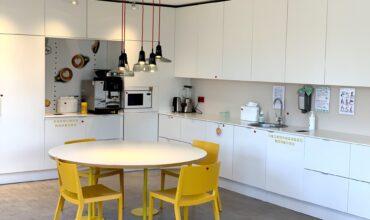 SOL galvenā biroja virtuves mēbelēs integrēta Longopac atkritumu sistēma sadzīves un bioloģiskiem atkritumiem