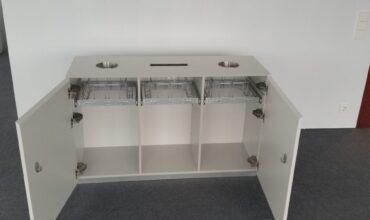 Trīs sekciju atkritumu savākšanas sistēma Telia biroja koplietošanas telpā